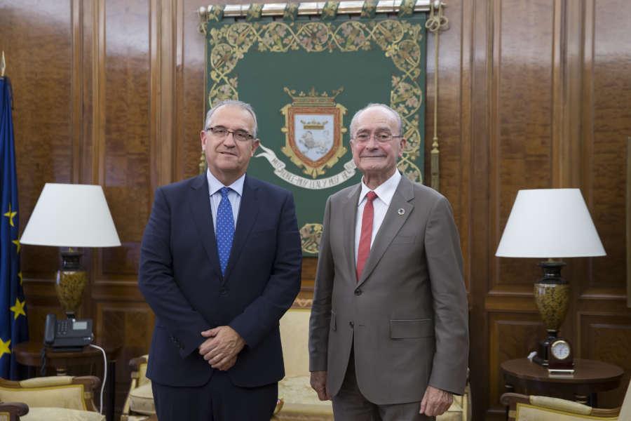 El alcalde de Pamplona recibe en la Casa Consistorial al alcalde de Málaga