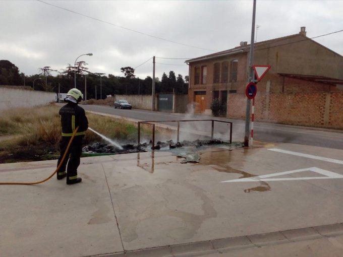 Los bomberos de Tudela sofocan un incendio de cuatro contenedores en Cortes