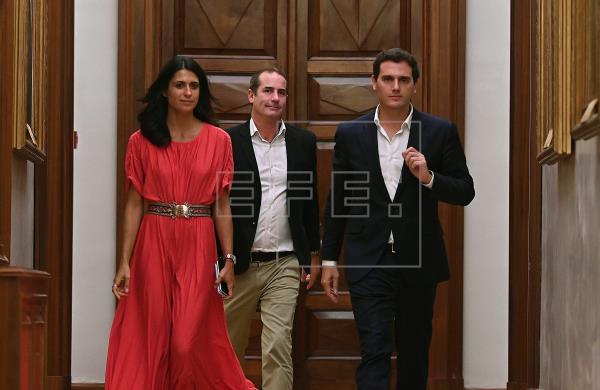 Rivera avisa a Sánchez de que si no se compromete con la solución de Cs votará no