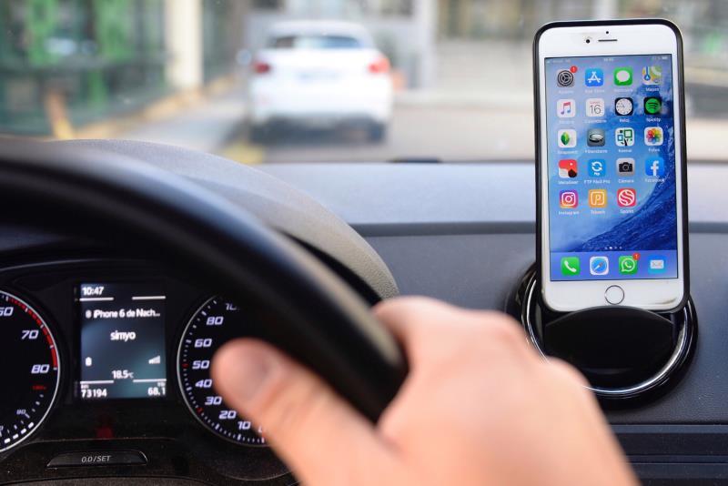 El 38,5 % de las denuncias por distracciones al volante fueron por usar el móvil