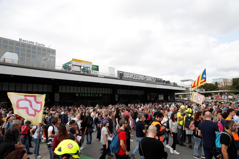 Unos 700 independentistas cortan la Gran Vía tras ser desalojados de Sants