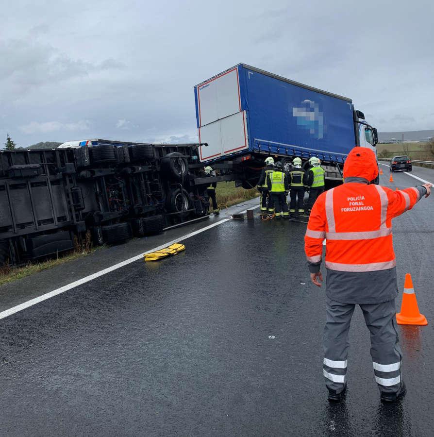 Un accidente de un tren de carretera corta un carril de la A15 en Tiebas