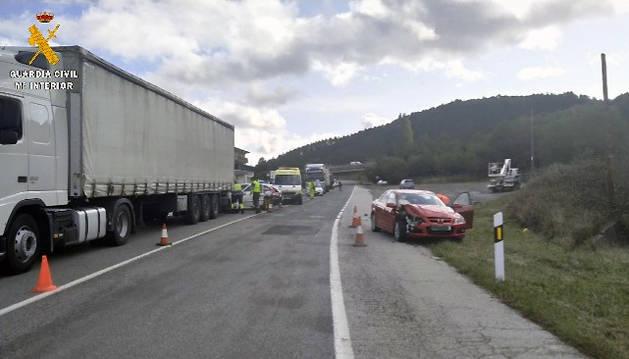 Dos heridos leves en una colisión entre un camión y tres turismos