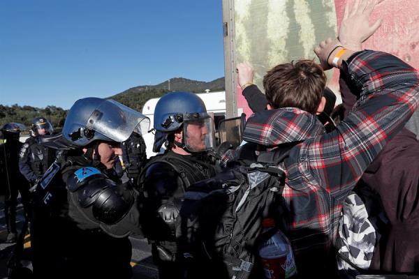 Los antidisturbios franceses comienzan a desalojar a los independentistas en la frontera