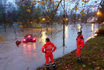 Una persona rescatada al quedarse su coche parado en el agua en una zona inundada