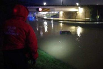 Un conductor rescatado por los bomberos en un paso subterráneo