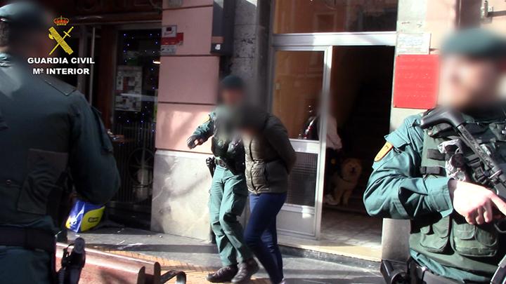 La Guardia Civil libera a 12 víctimas y detiene a 15 personas en la operación contra la trata de mujeres en pisos de Baracaldo y Roma