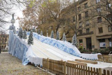 Hoy Día de Navarra se abre el tobogán de nieve artificial del paseo de Sarasate de Pamplona
