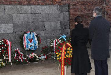 Los reyes de España, conmovidos en Auschwitz: «Que nunca más la Humanidad caiga en un horror semejante»