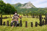Juan Gorriti con crómlech, tótems, distintos personajes y una vaca azul en la Ciudadela