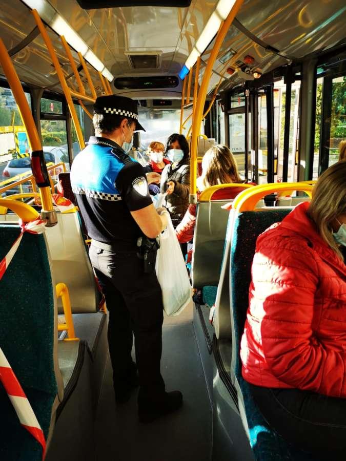 Pamplona reparte 15.000 mascarillas entre los usuarios del transporte público