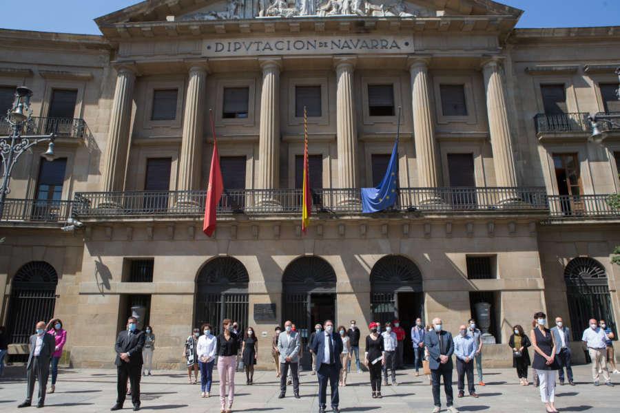 El Parlamento y Gobierno de Navarra se suman al minuto de silencio en memoria de los fallecidos por coronavirus