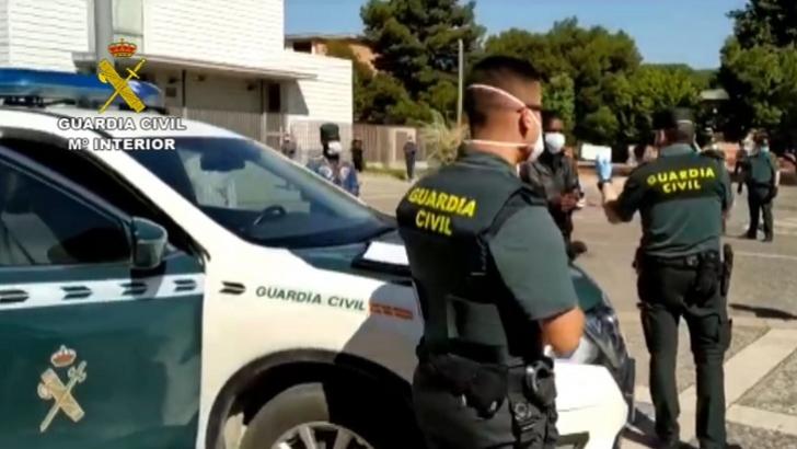 La Guardia Civil realiza controles de trabajadores que acuden a la campaña de recolección de frutos en el campo