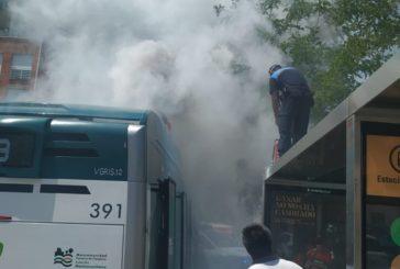 Una villavesa híbrida sufre un incendio en Pamplona sin causar heridos