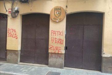 Los radicales pintan la sede de Oberena en defensa del etarra Patxi Ruíz