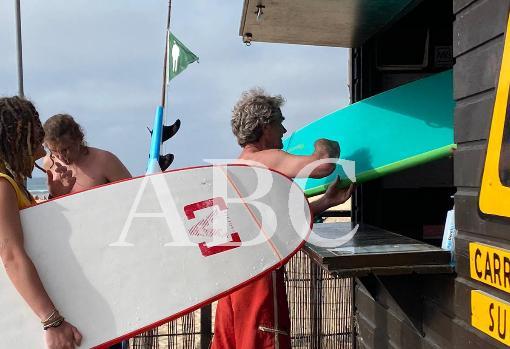 Fernando Simón de surf en Portugal en plena oleada de rebrotes en España