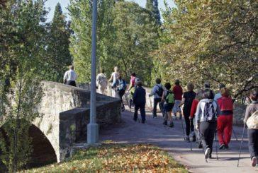 El Ayuntamiento de Pamplona ofrece 16 sesiones de marcha nórdica para este otoño