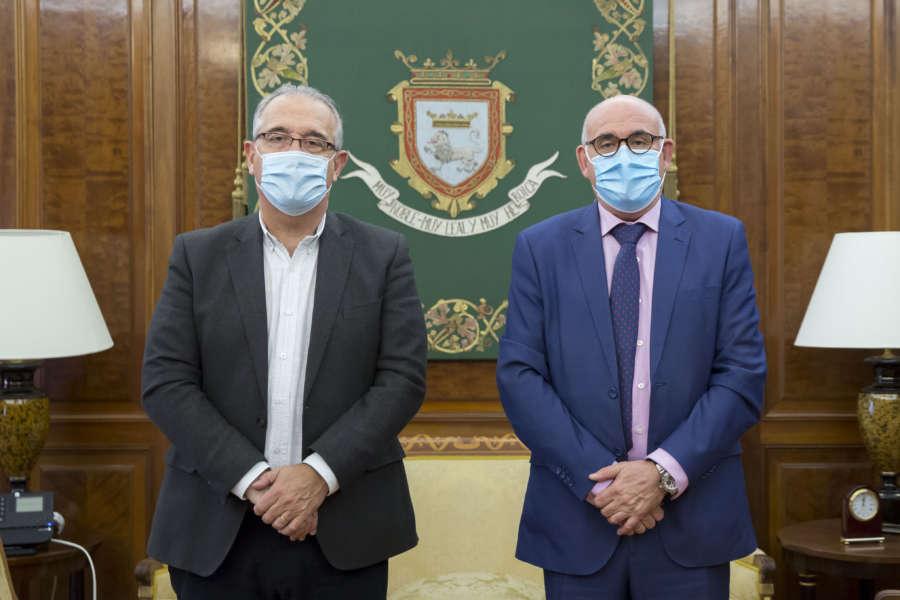 El alcalde de Pamplona recibe al nuevo jefe de la Policía Nacional en Navarra