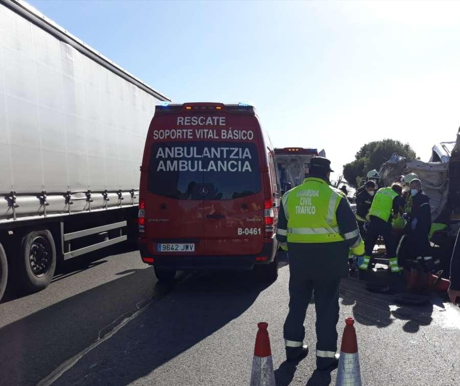 Dos heridos graves al ser arrollados por un camión en la AP-15 en Navarra