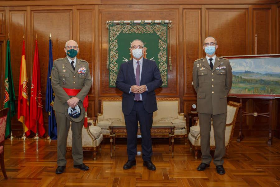 El alcalde de Pamplona recibe al comandante militar de Navarra que ha acudido para despedirse