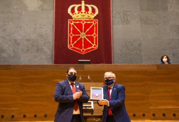 Osasuna recibe la Medalla del Parlamento de Navarra con motivo de su centenario