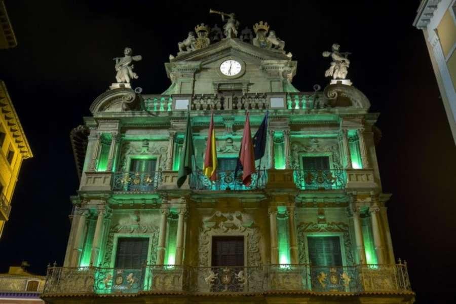 El Ayuntamiento de Pamplona iluminará su fachada de color verde este domingo con motivo del Día Internacional contra el Acoso Escolar