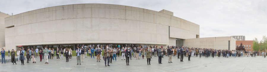 Minuto de silencio en la Universidad de Navarra en memoria de David Beriáin y Roberto Fraile