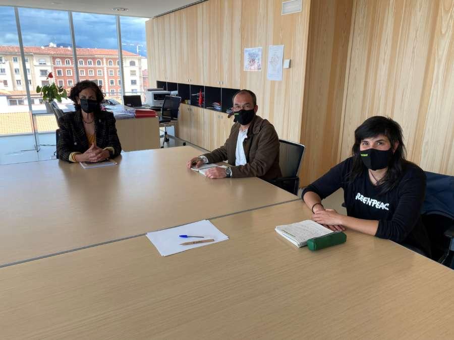 La consejera Gómez recibe a Greenpeace España para intercambiar opiniones en torno a la macrogranja de Caparroso